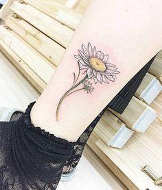Tatuaje de una margarita situado encima del tobillo izquierdo....