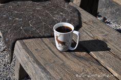 Nå har vi nydelige høstdager her i skogen og det er så deilig å sette seg ute og nyte en kaffilurk. Det er litt kjølige drag i luften, så for å unngå å fryse på sitteapparatet og få blærefiolin, ja da setter jeg meg på dette varme sitteunderlaget. Det er et tovet sitteunderlag med form … … Fortsett å lese →
