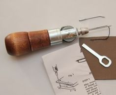 Alène automatique pour coudre du cuir - OSBORNE 413 Sewing Leather, Leather Fabric, Deco Cuir, Sewing Tools, Leather Working, Ranger, Hand Sewing, Paracord, Techno