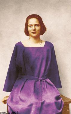 Princess Ileana of Romania Gallery / Princess Ileana Postcard European History, Ferdinand, Queen Victoria, 80s Fashion, Vintage Photography, Old Photos, Marie, Royalty, Bell Sleeve Top