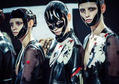 Le défilé Alexander McQueen printemps-été 2015 côté beauté http://www.vogue.fr/beaute/en-coulisses/diaporama/le-defile-alexander-mcqueen-printemps-ete-2015-cote-beaute/20601/image/1101795#!8