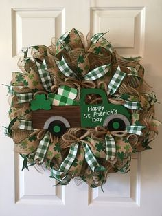 Patrick's Day Wreath, St. Patrick's Day Truck Wreath, St. Patrick's Day Deco… Diy St Patricks Day Decor, Happy St Patricks Day, Saint Patricks, Saint Patrick's Day, Chocolate Bonbon, Holiday Wreaths, Holiday Decor, St Patrick's Day Decorations, St Patrick's Day Crafts