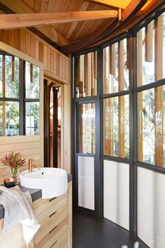 South African tree house hideaway surrounded by forest-like gardens Cabana, Timber Cabin, Cool Tree Houses, Tree House Designs, Design Studio, Design Design, Design Trends, Design Ideas, Wooden House