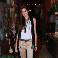 Camila Queiroz, a Angel, usa calça anos 70. Estilo deve pegar no próximo verão. Veja looks das famosas