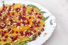 Skøn, frisk og enkel appelsinsalat med granatæble og pinjekerner. Kan sagtens serveres juleaften eller Mortens Aften.