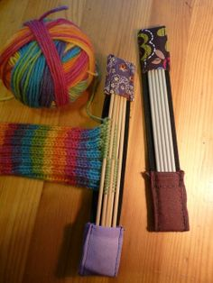 Piece of wide elastic, stitched pockets on end. Keep your knitting needles and/or crochet hooks stored. Knitting Stitches, Knitting Needles, Knitting Yarn, Knitting Patterns, Sewing Patterns, Crochet Patterns, Knitting Storage, Sewing Projects For Beginners, Knitting Projects