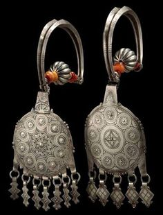 Morocco Pair of earrings, temple ornaments from the Tiznit region Silver, niello, amber Ca. 1900