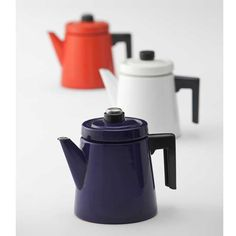 'Pehtoori' enamelled coffee pot by Finel, designed by Antti Nurmesniemi, Made in Finland. Feng Shui, Vintage Enamelware, Old Kitchen, Vintage Kitchen, Design Museum, Modern Retro, Vintage Coffee, Danish Design, Modern Design