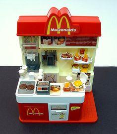 Mini McDonald's- Love this! Barbie Sets, Barbie Dolls, Barbie Doll House, Miniature Crafts, Miniature Food, Miniature Houses, Miniature Dolls, Accessoires Lps, Mini Choses
