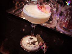 Indochina, cóctel creado en @SlowBarcelona por The Shakin Bros, Paco Bretau y Francesc Galera. Un cocktail con ginebra con marcadas notas orientales, licor de flor de saúco y sirope de rosas. La receta haciendo clic en la imagen.