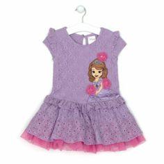 Cualquier joven aprendiz de princesa dará el pego con este vestido de Princesa Sofía. Tiene un aplique de gran tamaño del personaje, detalles de satén y flores 3D con perlas de fantasía y malla a contraste en los bajos.
