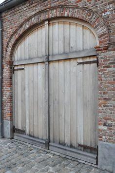 Greet's brick garage with it's lovely aged Oak doors. Garage Door Styles, Garage Door Design, Rustic Exterior, Exterior Design, Exterior Paint, Belgian Pearls, Brick Arch, Brick Facade, Brick Wall