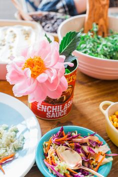 Check out just how to craft the perfect Cinco de Mayo celebration. It's a dreamy mix of papel picado, tacos and guacamole, a scrumptious margarita and bright and festive decor.