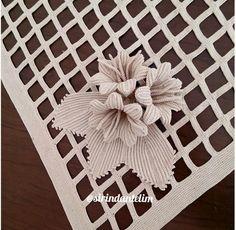 How to Crochet the Modified Daisy Stitch Crochet Leaf Patterns, Crochet Doily Rug, Crochet Leaves, Freeform Crochet, Filet Crochet, Cute Crochet, Crochet Flowers, Nursery Area Rug, Pom Pom Rug