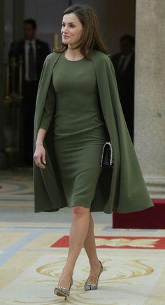 La Reina ha recuperado el vestido capa verde oliva de hace un año, el más buscado de su vestidor, cuya firma sigue siendo desconocida.