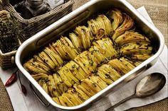 La teglia di patate arrosto è un contorno molto semplice ma dall'aspetto particolarmente scenografico, adatto a tutte le stagioni.