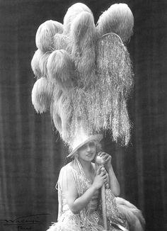 """Недавно, разглядываяфотографии шляпки Скарлетт из фильма """"Унесенные ветром"""", я удивлялась, что раньше не замечала этих позолоченных куриных лап, которые выполняют в ней декоративную функцию. А ведь вэтих лапахзаложено столько иронии, легкого безумства, вызова! Довольно быстро я…"""