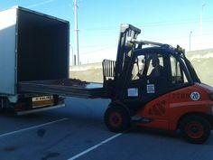 Curso de Carretilla Frontal en Zara Logística en Arteixo (A Coruña). Práctica de descarga de camion de paquete de planchas aéreas con carretilla térmica de 5000 kg. de capacidad nominal de carga