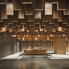 Interessantes #Lobby design mit Holzboxen an der Decke...