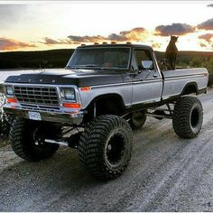 I honestly adore this paint color for this lifted ford Custom Pickup Trucks, Old Pickup Trucks, Jeep Pickup, Big Trucks, Pickup Camper, 1979 Ford Truck, Ford Ranger Truck, Lifted Ford Trucks, Ford 4x4