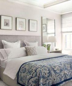 decoração de quarto de casal com espelho grande na lateral da cama, trio de quadros na parede da cabeceira