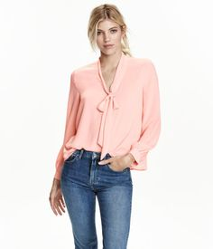 Wide-cut blouse in airy woven fabric. V-neck with tie. Slightly longer at back. Bow Blouse, Blouse Outfit, Blouse Ample, Work Chic, Professional Attire, Classy Casual, Stylish Outfits, Blouses For Women, Fashion Online