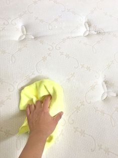 How to clean mattress stains naturally in 10 minutes! Magic DIY green cleaner makes the mattress look new without bleach! Plus 3 things NOT to do! Diy Home Cleaning, Household Cleaning Tips, Deep Cleaning Tips, Toilet Cleaning, Cleaning Recipes, Green Cleaning, House Cleaning Tips, Diy Cleaning Products, Cleaning Hacks