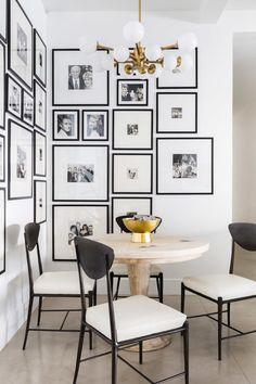 coin repas sejour mur de cadre photos noir et blanc laiton blanc noir