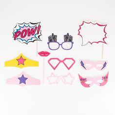 Dix accessoires photobooth pour se transformer en Super-héros le temps d'un anniversaire, d'un mariage, du Nouvel An ou d'un pique-nique !Le kit contient deux masques, des bandeaux de Super-héros, des lunettes, une bouche, une ardoise