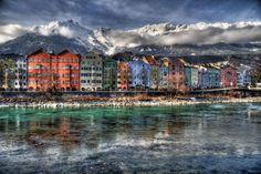Austria es uno de nuestros lugares favoritos en Europa, hemos dedicado semanas enteras a Viena o Salzburgo pero aún nos queda visitar otra de sus perlas: Innsbruck, pero hasta que la visitemos aquí os dejamos un pequeño adelanto para que disfrutéis de la belleza de esta bonita ciudad alpina.