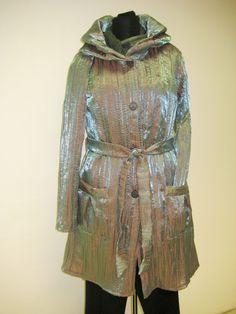 Kabát+jarní+Kabát+je+ušitý+z+polyamidu+s+elastanem+a+má+měňavý+vzhled.+Je+v+délce+ke+kolenům,+nemá+podšívku.+Lehounký,+materiál+odolný+větru,+z+části+i+dešti.Velikost+je+42-44. Fashion, Dress, Moda, Fashion Styles, Fashion Illustrations