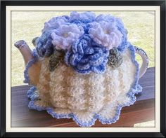 Etsy の Daisies and Blue Flowers Teacozy by prettyasapozyteacozy