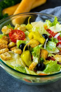 This Olive Garden salad recipe is a copycat of the restaurant favorite with tomatoes, olives, onion and croutons, all tossed with a creamy Italian dressing. Greek Salad Recipes, Salad Dressing Recipes, Healthy Salad Recipes, Veggie Recipes, Cat Recipes, Healthy Eats, Chicken Recipes, Olive Garden Salad, Olive Garden Recipes