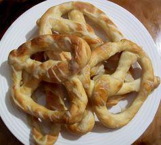 Covrigi cu sare - asta-i reteta! Romanian Food, Romanian Recipes, Bread Rolls, Onion Rings, Pizza Recipes, Finger Foods, Food Inspiration, Sweets, Homemade
