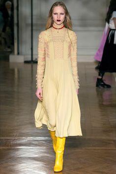 Guarda la sfilata di moda Valentino a Parigi e scopri la collezione di abiti e accessori per la stagione Collezioni Autunno Inverno 2017-18.