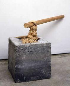 Anselmo - Torsione (1968) una pelle animale è affondata in un blocco di cemento e ritorta attorno a un bastone di legno creando un effetto di tensione.