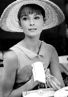 Audrey Hepburn is a great person to get french fashion inspiration from. Always chic and timeless. This post has what you need to copy Audrey Hepburn style! Audrey Hepburn Outfit, Audrey Hepburn Mode, Audrey Hepburn Quotes, Katharine Hepburn, Audrey Hepburn Bangs, Aubrey Hepburn, Hollywood Glamour, Classic Hollywood, Old Hollywood