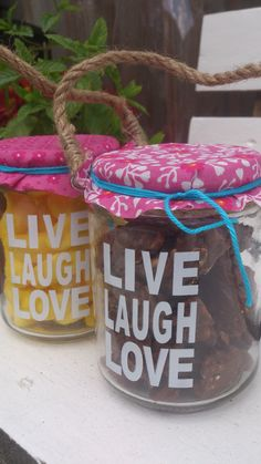 Heel makkelijk een origineel kadootje maken als afscheid en bedankjes voor de juffies voor de zomervakantie. 1 theelicht houdertje van de Wibra (1 euro), een klein lapje stof (Pak bij de Hema met 24 stofjes), een touwtje en snoep/chocola.