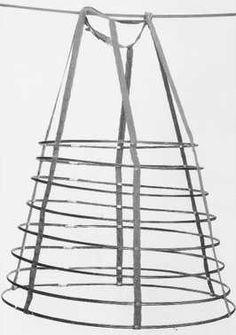 14-11-11  CMU  Crinoline (ca. 1855)  Wit linnen en stalen hoepels.