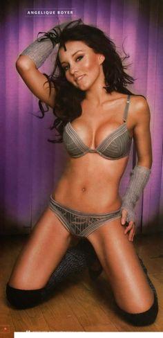 Pamela anderson poses nude