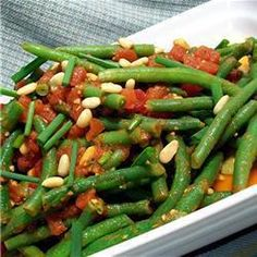 Spanish Green Beans and Tomatoes Recipe A simple, tasty traditional Spanish side dish of fresh green beans with tomatoes and lightly season Lemon Green Beans, Green Beans And Tomatoes, Healthy Side Dishes, Tasty Dishes, Spanish Side Dishes, Spanish Sides, Spanish Meals, Spanish Dinner, Spanish Recipes