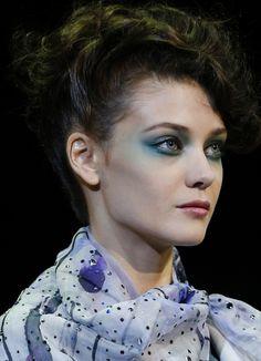 défilé Giorgio Armani printemps-été 2014, Fashion Week Milan http://www.vogue.fr/beaute/en-coulisses/diaporama/en-backstage-du-defile-giorgio-armani-printemps-ete-2014-fashion-week-de-milan/15371/image/847957#!14