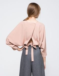 batsleeve, tie waistband, back matching buttons, open back structure, cropped length and relaxed fit. Fashion Details, Look Fashion, Womens Fashion, Fashion Trends, Trendy Fashion, Fashion Check, Looks Style, Style Me, Beige Outfit