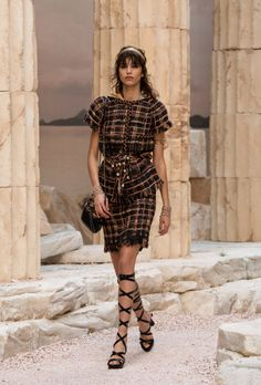 2018 Resort Chanel                                                                                      WWW.VOGUE.COM ⓒ CONDÉNAST ASIA PACIFIC. INC. ALL RIGHTS RESERVED. VOGUE.COM KOREA IS OPERATED BY DOOSAN MAGAZINE.