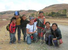 """Reiziger Henk van Oorschot ontmoette deze schoolkinderen tijdens zijn reis in Peru: """"Deze schoolkinderen lopen elke dag 9 km heen en 9 km terug over een stoffige weg door de heuvels. Geen wonder dat een lift héél erg welkom was!"""""""