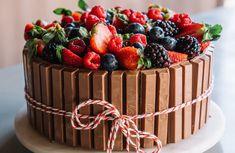 Bolo Kit Kat Com Creme de Avelã | Danielle Noce Food Cakes, Scary Cakes, Chocolate Cake Designs, Mini Cheesecake, Cake Kit, Easy Cake Recipes, Creative Food, Let Them Eat Cake, Yummy Cakes