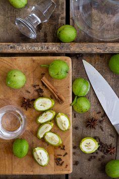 ZöldDióLikőr: 20-25 szem zöld dió, 300-500 g cukor, 7 dl tiszta alkohol vagy vodka vagy pálinka vagy rum, 4-5 cm-es fahéj, 1 vaníliarúd, 3 szem szegfűbors, 3-5 szem szegfűszeg, 1 csillagánizs, 1 citrom héja vagy kandírozott narancshéj. + gumikesztyű!!!! Food And Drink, Vegetables, Drinks, Breakfast, Vodka, Crafts, Diy, Drinking, Morning Coffee