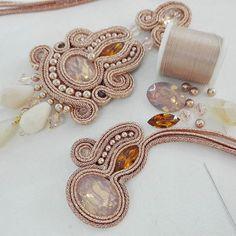 "del""-gold rose new soutache. Jewelry Design Earrings, Ring Earrings, Boho Jewelry, Jewelery, Soutache Pendant, Soutache Necklace, Beaded Earrings, Shibori, Earring Trends"