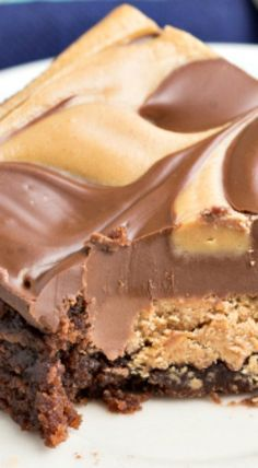Double Layered Peanut Butter Cup Brownies ~ Two layers of peanut butter cups in these brownies – one layer is baked into the brownies and the other is the peanut butter and chocolate chip topping. rich, fudgy and delish! Yum, just yum. Just Desserts, Delicious Desserts, Dessert Recipes, Yummy Food, Bar Recipes, Recipies, Healthy Recipes, Dinner Recipes, Cream Recipes