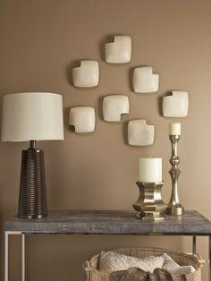 brauntöne-wandfarbe-interessante-dekoration-auf-der-wand- marmor tisch und eine lampe